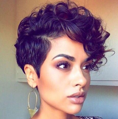 Tagli di capelli corti ricci asimmetrici